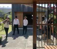 ホームズとワトソンが酒井西の家を捜査にやってきた